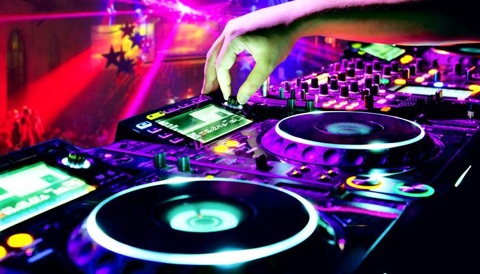 Pioneer CDJ-2000NXS2 CD-Player/Mediaplayer und DJM-900NXS2 DJ-Mischpult mieten oder leihen. Mit dem digitalen Profi-DJ-Deck mit High-Resolution-Audio DJM-900NXS2 und dem 4-Kanal Profi-Performance-Digitalmixer CDJ-2000NXS2 definiert Pioneer seine Nexus-Flaggschiffe neu. Als eine der sehr Firmen in der Region (Baden-Baden, Bühl, Achern, Offenburg, Rastatt, Karlsruhe) bieten wir Ihnen die neuen Pioneer CDJ2-000NXS2 und DJM-900NXS2 zur Miete oder zum Verleih an. Viewpoint Veranstaltungstechnik in Rastatt vermietet Lichtanlagen und Beschallungsanlagen, Lautsprecher, PA-Systemen, Mischpulte, CD-Player für DJs, Effektgeräte sowie Audiotechnik für Ihre Veranstaltung. Aufbau und Abbau von Konzertbühnen. Veranstaltungsplanung und Eventmanagement. Technische Betreuung durch qualifizierte Lichttechniker und Tontechniker. Beleuchtung, Lichtinstallationen und Illuminationen. Dekorations- und Beleuchtungselemente. Beratung, Planung, Einbau und technischer Support von Clubs und Diskotheken.